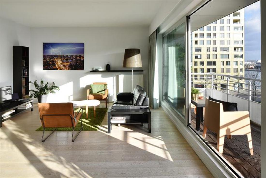 Licht, ruim appartement met zicht op dokken
