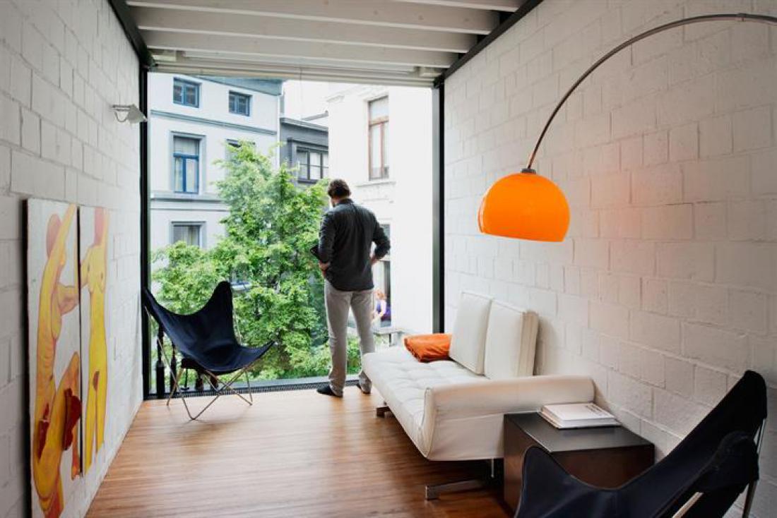 Excentriek glazen huis met terras